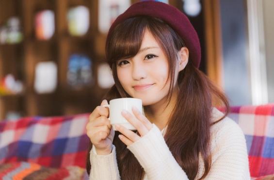 満面の笑みでコーヒーを飲む彼女 (PAKUTASO)