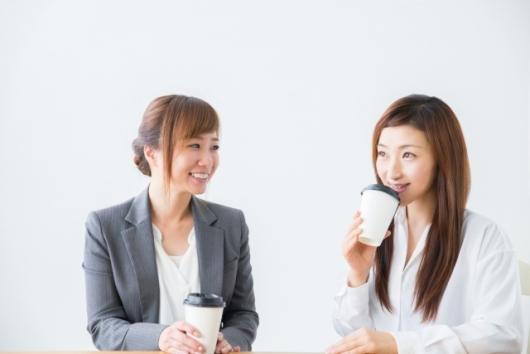 コーヒー休憩するOL(PhotoAC)