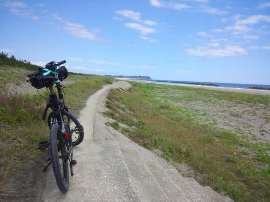 シルヴァF6Fと海沿いの道