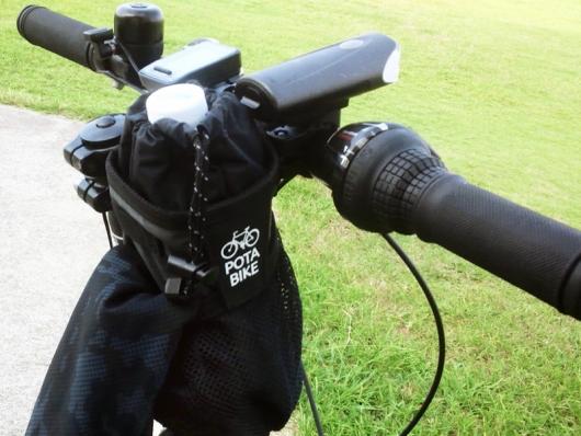 ポタバイク ステムサイドポーチ ボトル口と巾着の状態