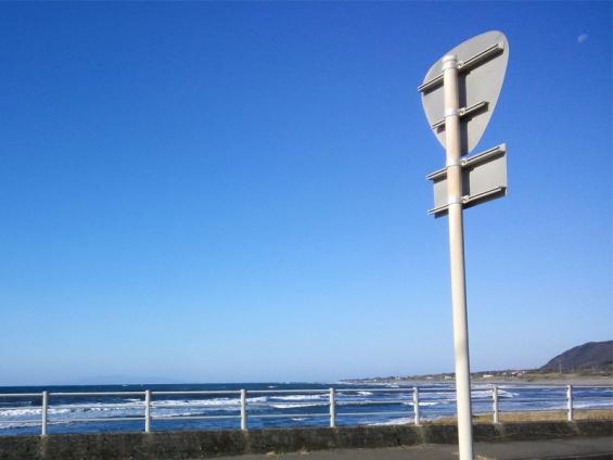 昼間の月と大島