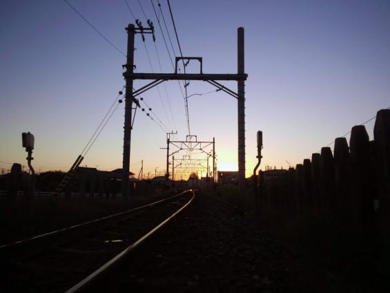 夜明けの鉄路(第三千倉街道踏切から千倉駅方面を望む)
