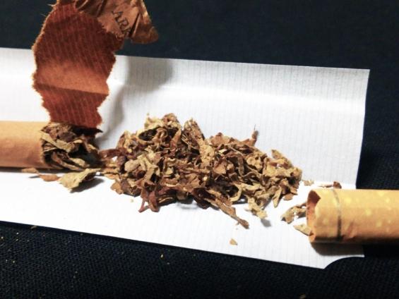 紙巻版アークロイヤル:巻紙を剥いてタバコ葉を確認