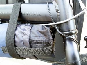 輪行バッグをメインフレーム下に付けたところ(前部のアップ)