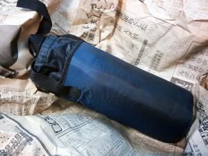 ペットボトルケースを黒く塗っているところ