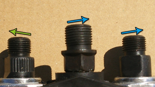 ペダルを並べてネジの切ってある方向を確認