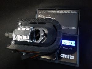 折りたたみペダルの重さ(421g)