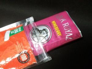 アークロイヤル・ワインベリー(ARK ROYAL WINE BERRY):保存用のスモーキング・フィルターの空袋から取り出すところ
